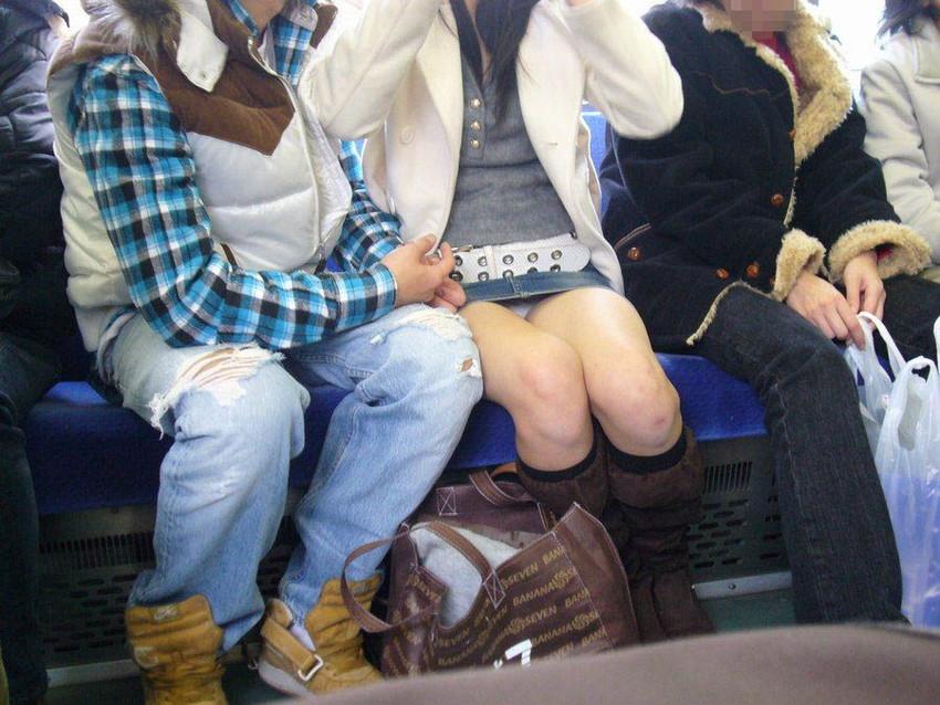 【盗撮パンチラエロ画像】対面の席に座ったスカート姿の女の子の股間が気になる件。 46