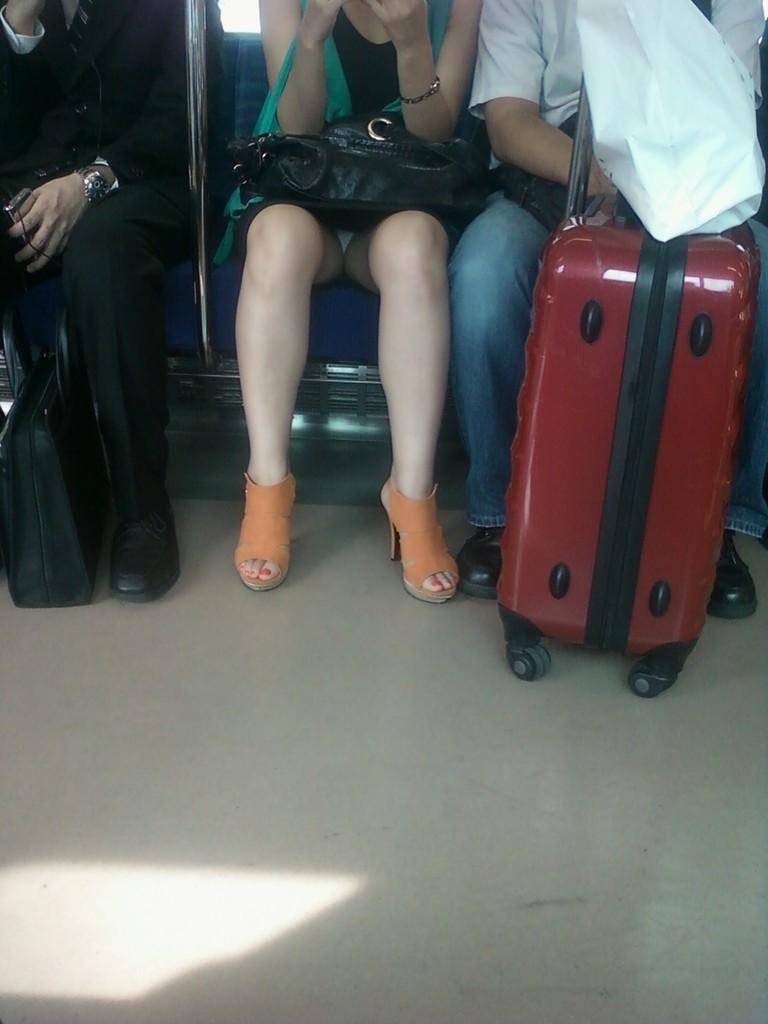 【盗撮パンチラエロ画像】対面の席に座ったスカート姿の女の子の股間が気になる件。 47