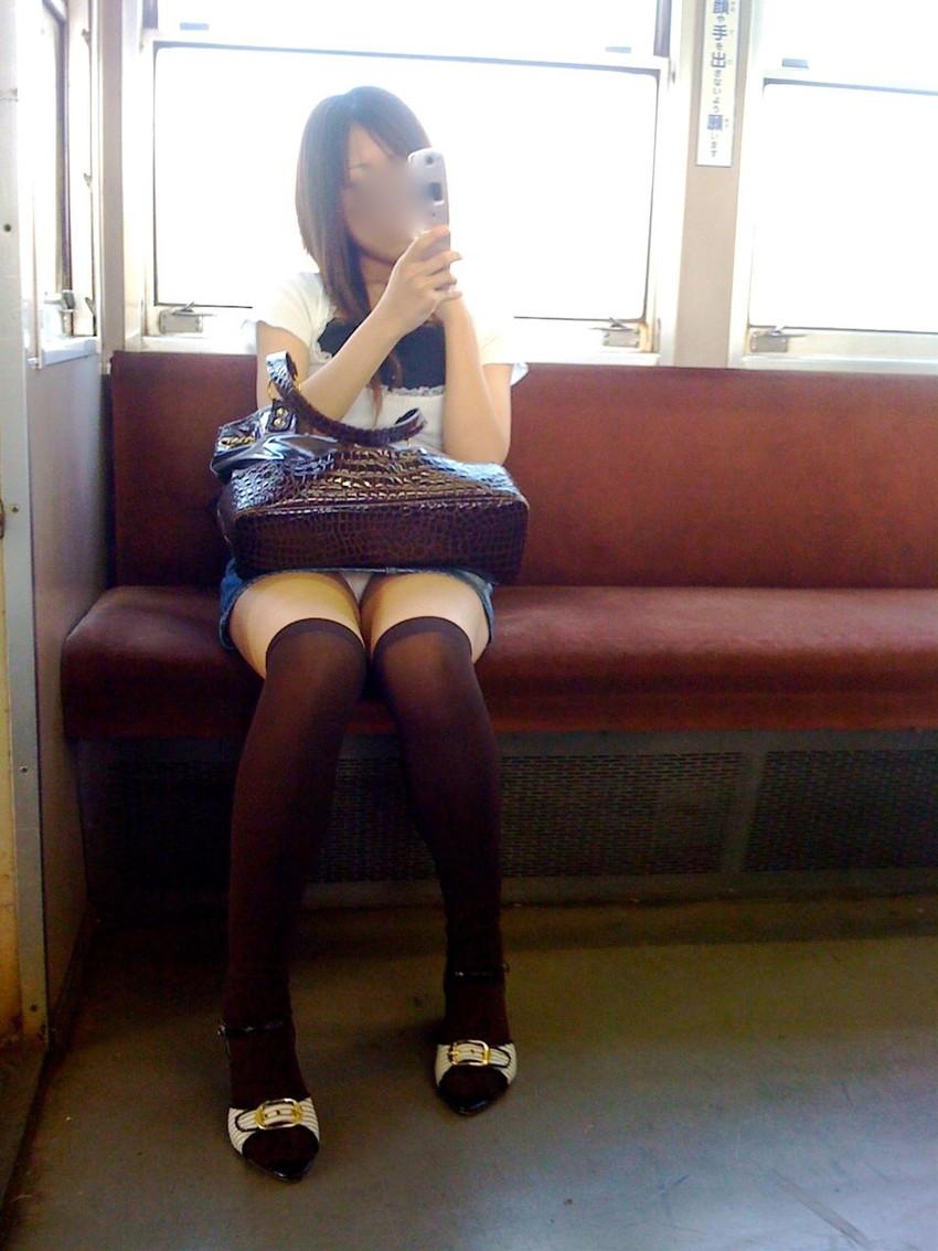 【盗撮パンチラエロ画像】対面の席に座ったスカート姿の女の子の股間が気になる件。 48