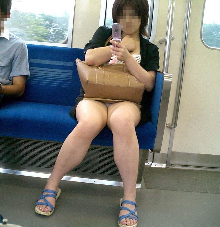 【盗撮パンチラエロ画像】対面の席に座ったスカート姿の女の子の股間が気になる件。 49