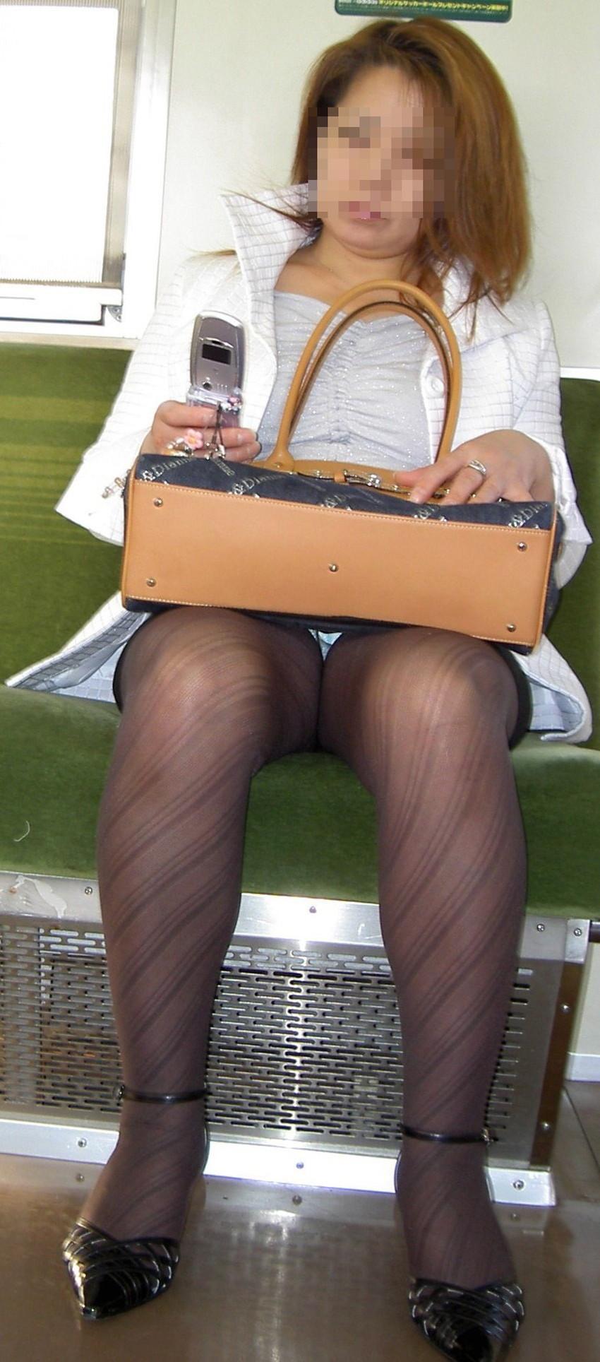 【盗撮パンチラエロ画像】対面の席に座ったスカート姿の女の子の股間が気になる件。 51