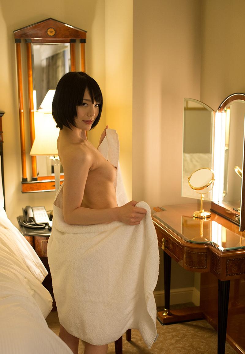 【鈴村あいりエロ画像】可愛いルックスと巨乳ではないが超がつくほどの美乳のAV女優 18