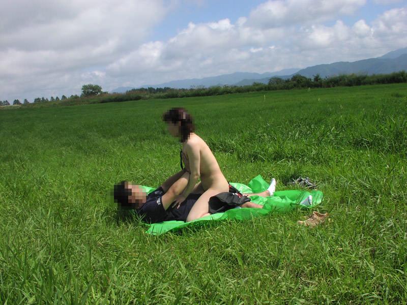 【青姦エロ画像】今の時期って青姦するには最高の時期だよな?青姦エロ画像 08