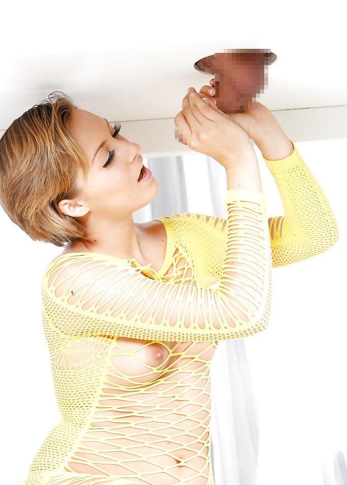 【グローリーホールエロ画像】壁穴から生えたチンポに金髪美女がご奉仕!? 17