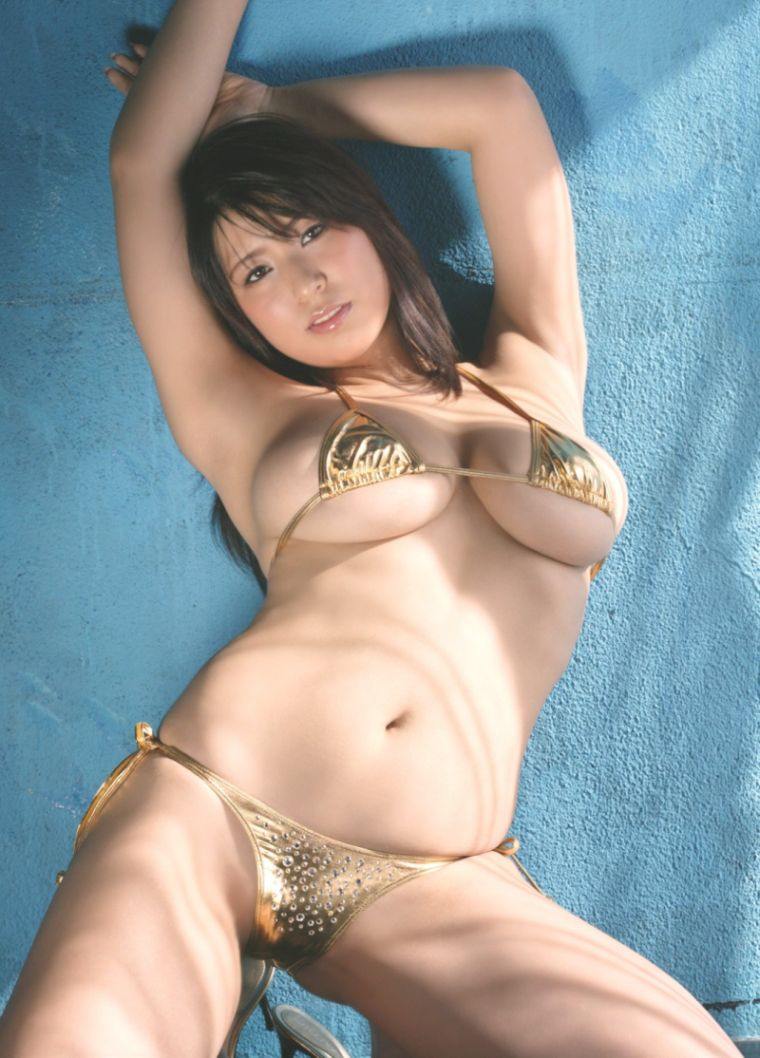 【マイクロビキニエロ画像】極限まで布部を削った超過激なエロ水着がコチラ! 34