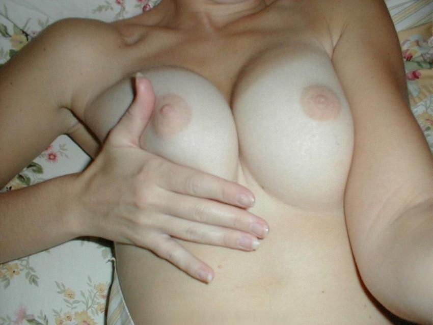 【乳首エロ画像】勃起乳首から美しい美乳首まで様々な乳首画像集めたったww 16