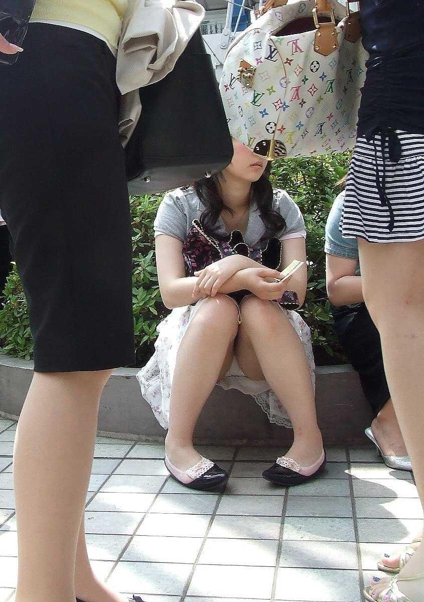 【しゃがみ込みパンチラエロ画像】女の子がしゃがみ込んだ瞬間に何を期待する!? 04