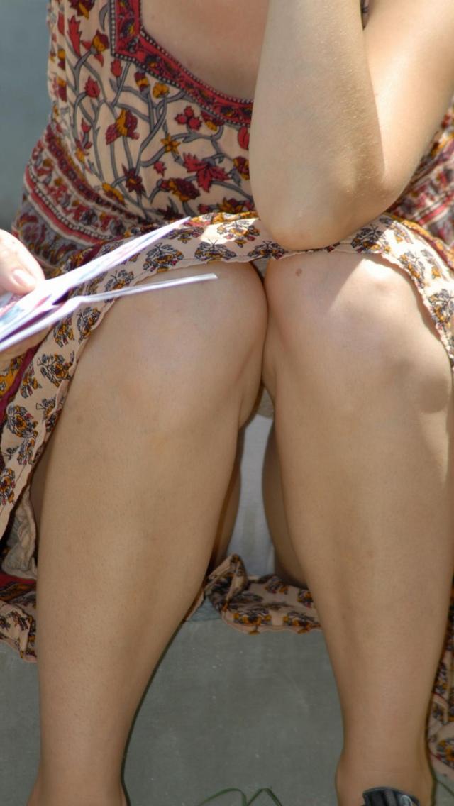 【しゃがみ込みパンチラエロ画像】女の子がしゃがみ込んだ瞬間に何を期待する!? 05