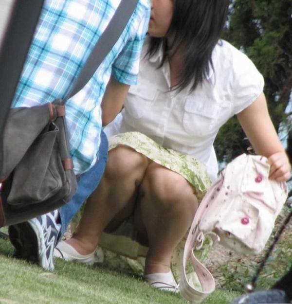 【しゃがみ込みパンチラエロ画像】女の子がしゃがみ込んだ瞬間に何を期待する!? 07