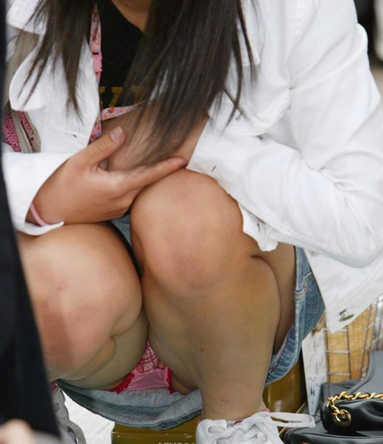 【しゃがみ込みパンチラエロ画像】女の子がしゃがみ込んだ瞬間に何を期待する!? 11