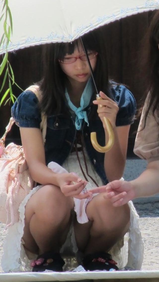 【しゃがみ込みパンチラエロ画像】女の子がしゃがみ込んだ瞬間に何を期待する!? 16