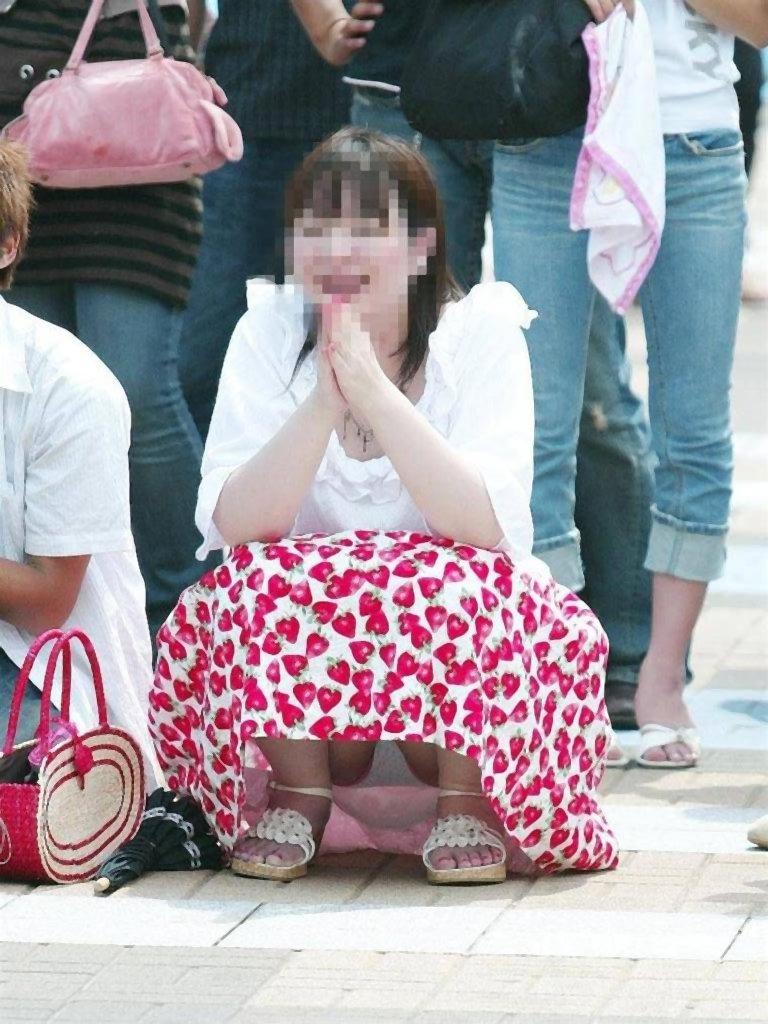 【しゃがみ込みパンチラエロ画像】女の子がしゃがみ込んだ瞬間に何を期待する!? 20