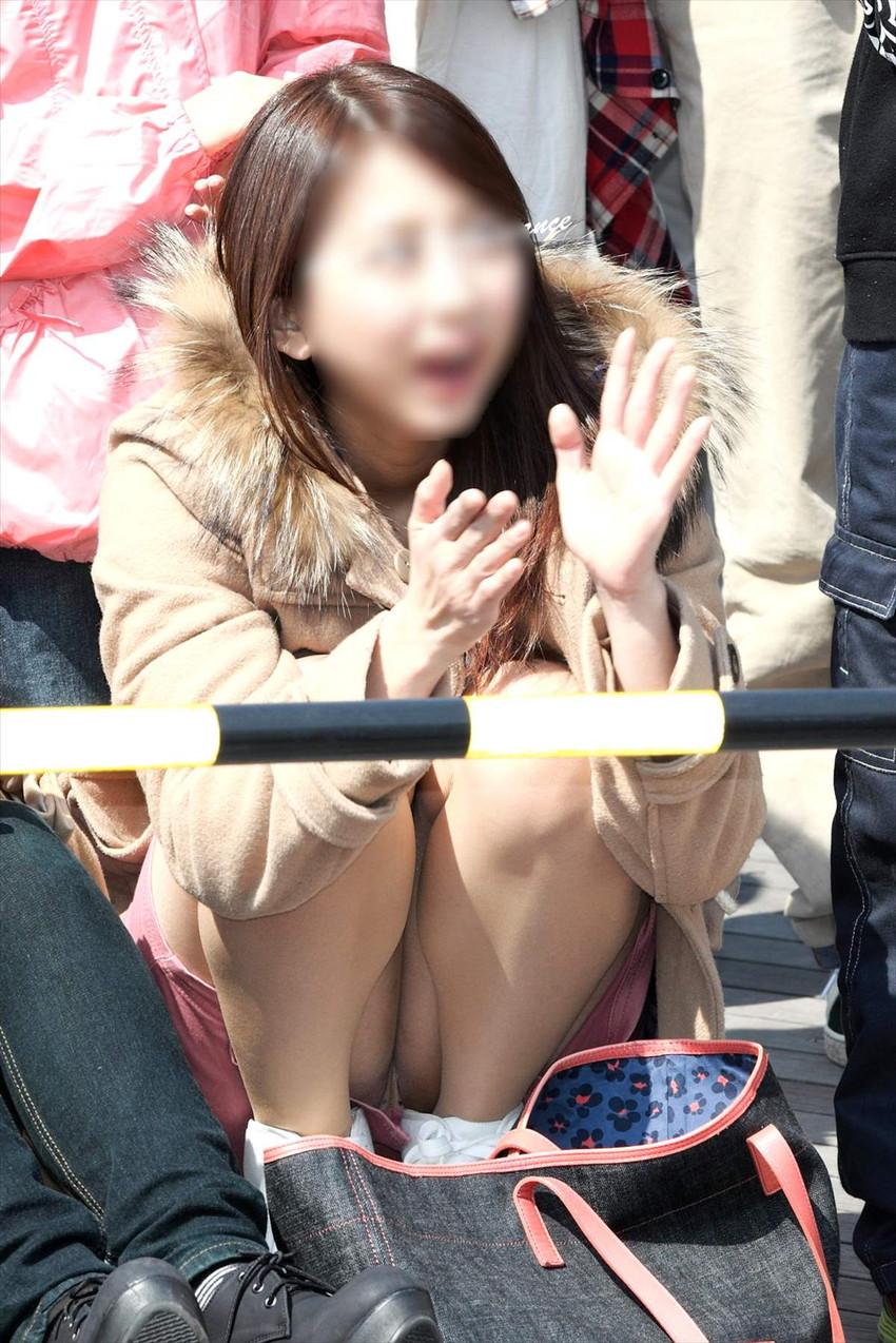 【しゃがみ込みパンチラエロ画像】女の子がしゃがみ込んだ瞬間に何を期待する!? 23
