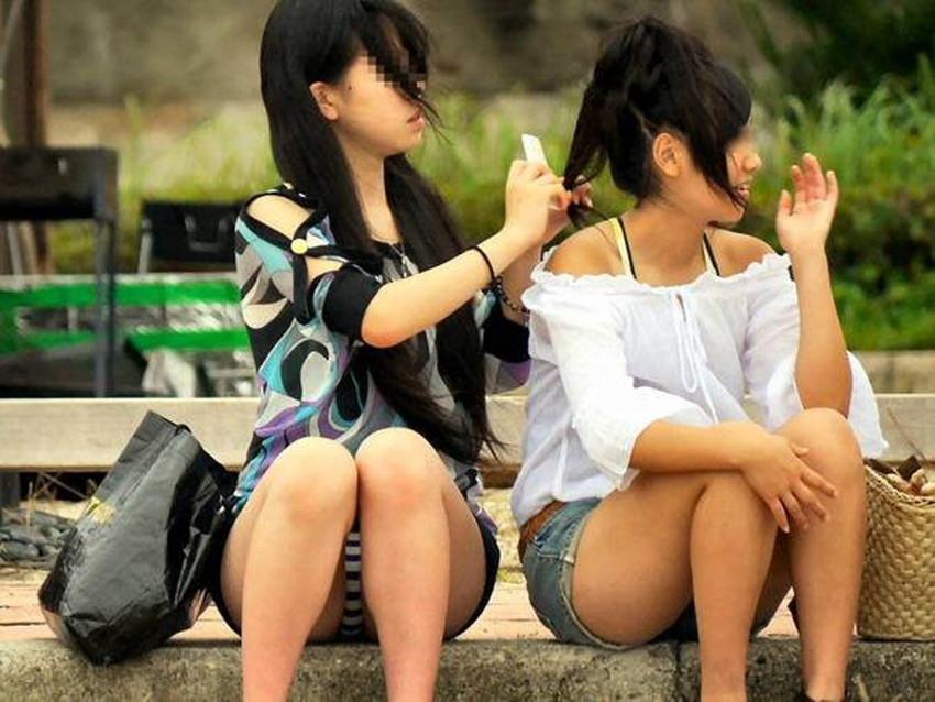【しゃがみ込みパンチラエロ画像】女の子がしゃがみ込んだ瞬間に何を期待する!? 26