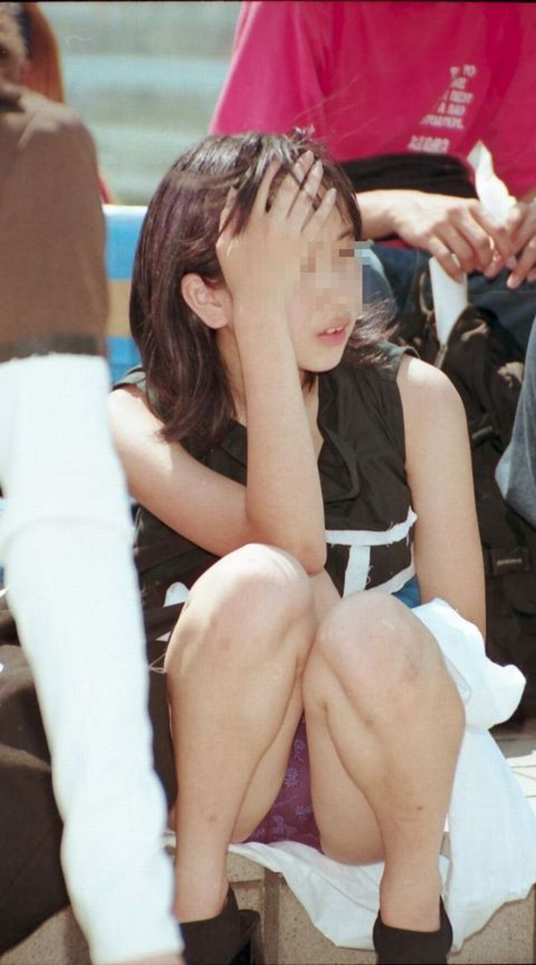 【しゃがみ込みパンチラエロ画像】女の子がしゃがみ込んだ瞬間に何を期待する!? 29