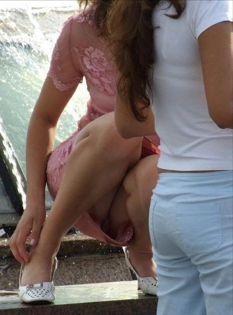 【しゃがみ込みパンチラエロ画像】女の子がしゃがみ込んだ瞬間に何を期待する!? 30