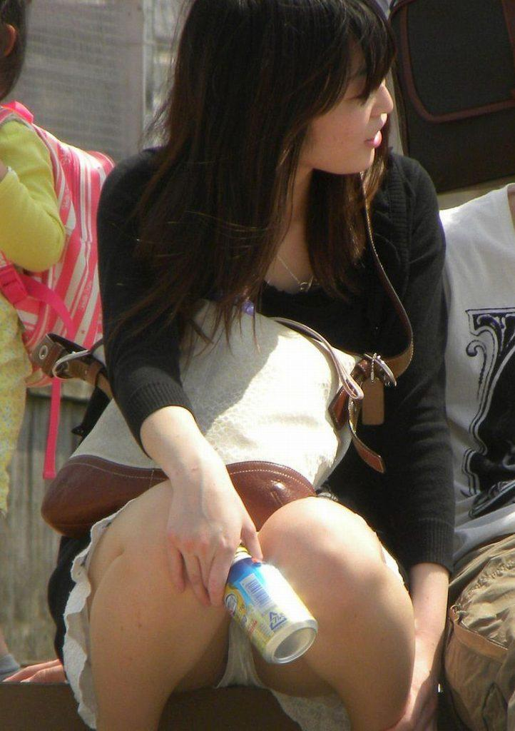 【しゃがみ込みパンチラエロ画像】女の子がしゃがみ込んだ瞬間に何を期待する!? 34