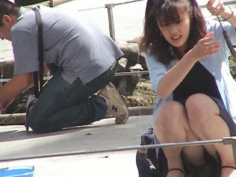 【しゃがみ込みパンチラエロ画像】女の子がしゃがみ込んだ瞬間に何を期待する!? 35