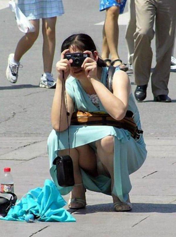 【しゃがみ込みパンチラエロ画像】女の子がしゃがみ込んだ瞬間に何を期待する!? 36