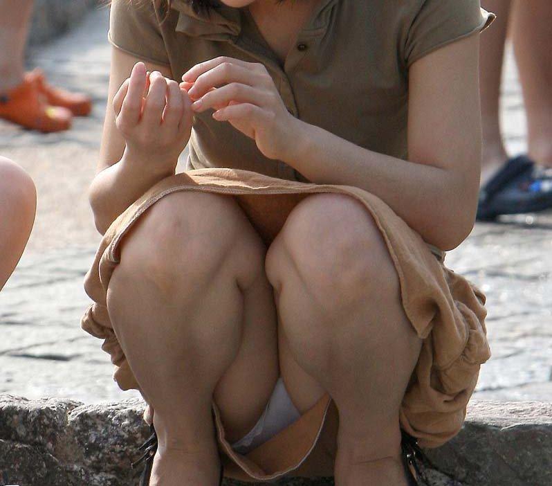 【しゃがみ込みパンチラエロ画像】女の子がしゃがみ込んだ瞬間に何を期待する!? 39