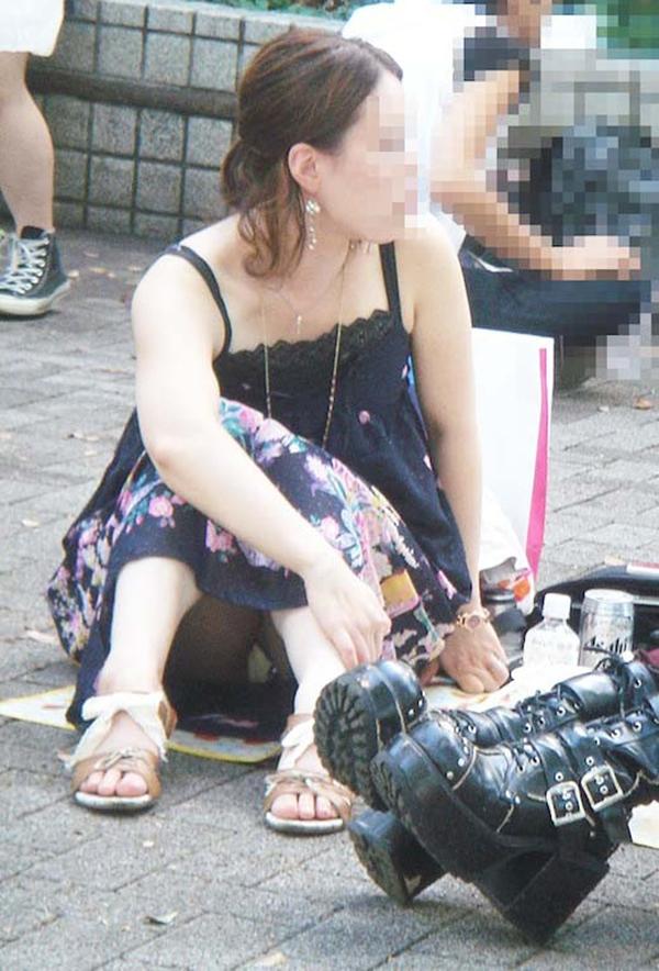 【しゃがみ込みパンチラエロ画像】女の子がしゃがみ込んだ瞬間に何を期待する!? 41