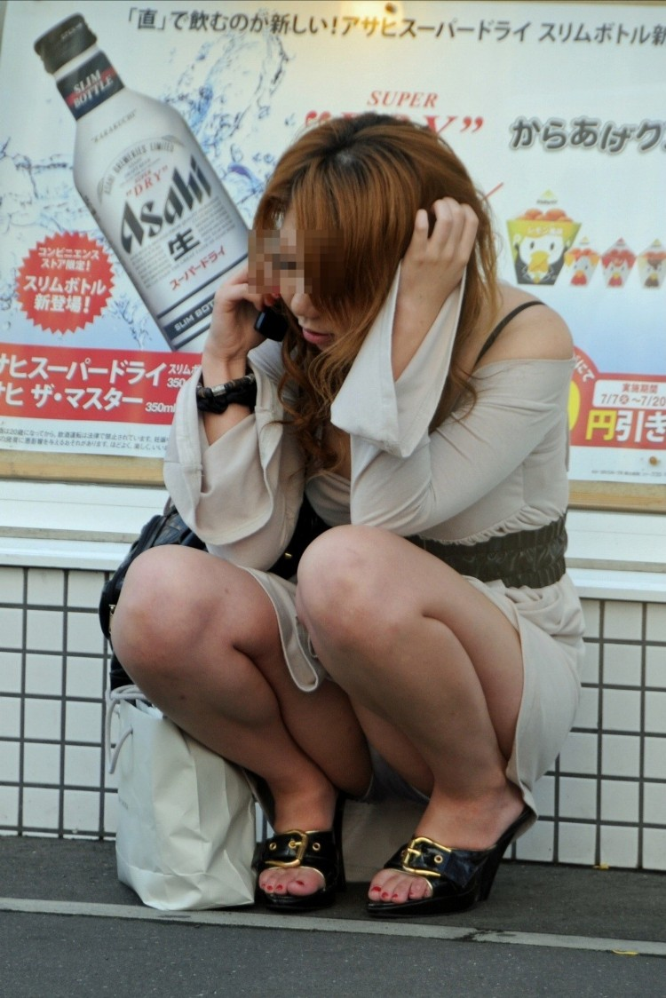 【しゃがみ込みパンチラエロ画像】女の子がしゃがみ込んだ瞬間に何を期待する!? 42