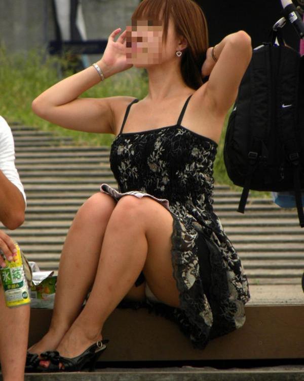 【しゃがみ込みパンチラエロ画像】女の子がしゃがみ込んだ瞬間に何を期待する!? 50