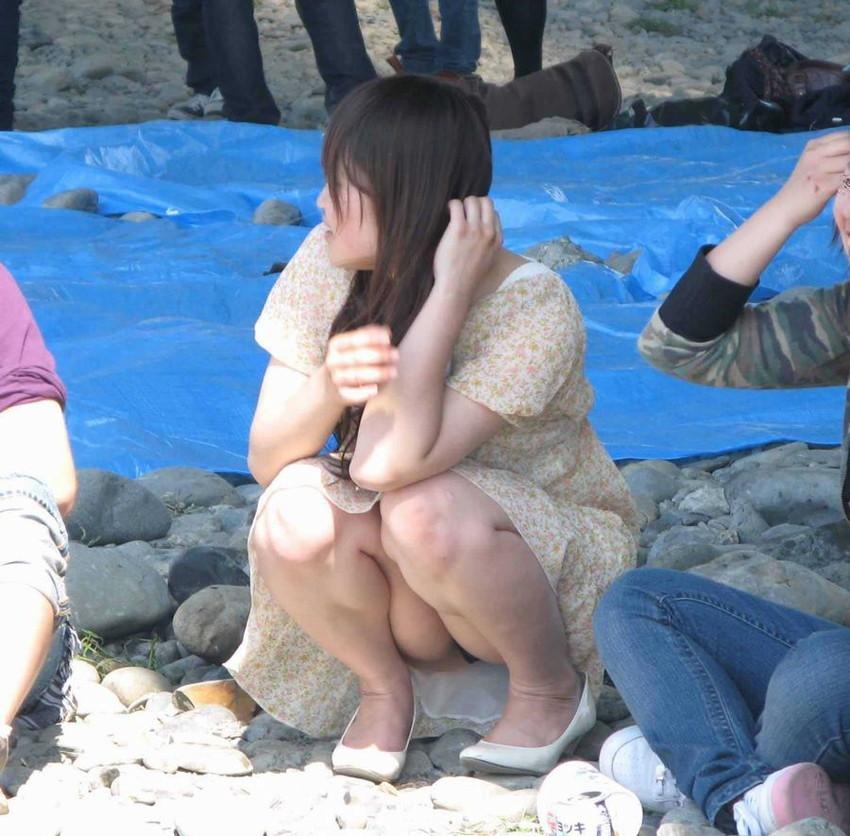 【しゃがみ込みパンチラエロ画像】女の子がしゃがみ込んだ瞬間に何を期待する!? 51