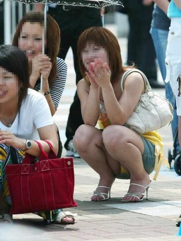 【しゃがみ込みパンチラエロ画像】女の子がしゃがみ込んだ瞬間に何を期待する!? 52