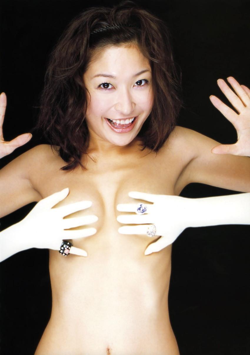 【手ブラエロ画像】おっぱいを手で隠す姿が艶めかしすぎるw(50枚) 13