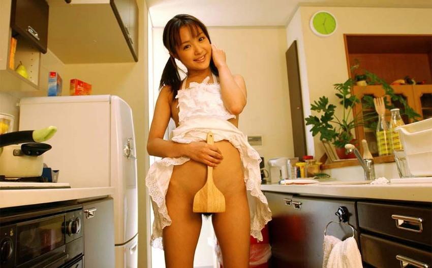 【裸エプロンエロ画像】美女の裸エプロン姿で新婚さんプレイの想像が捗るw(50枚) 20