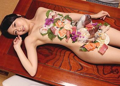 【女体盛りエロ画像】裸体に食物を乗せた美女の姿が色々な意味で美味そうw(53枚)