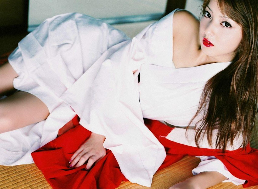 【巫女エロ画像】赤と白の卑猥な共演!美女の巫女服姿が神をも恐れぬエロさ!(51枚) 05