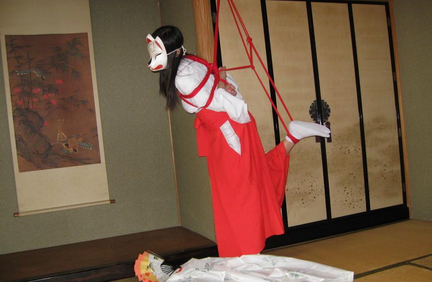 【巫女エロ画像】赤と白の卑猥な共演!美女の巫女服姿が神をも恐れぬエロさ!(51枚) 39