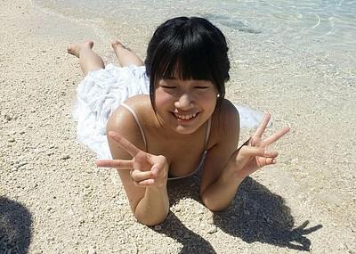 【Vサインエロ画像】女の子たちのピースサイン姿が妙にエロ可愛いwww(50枚)