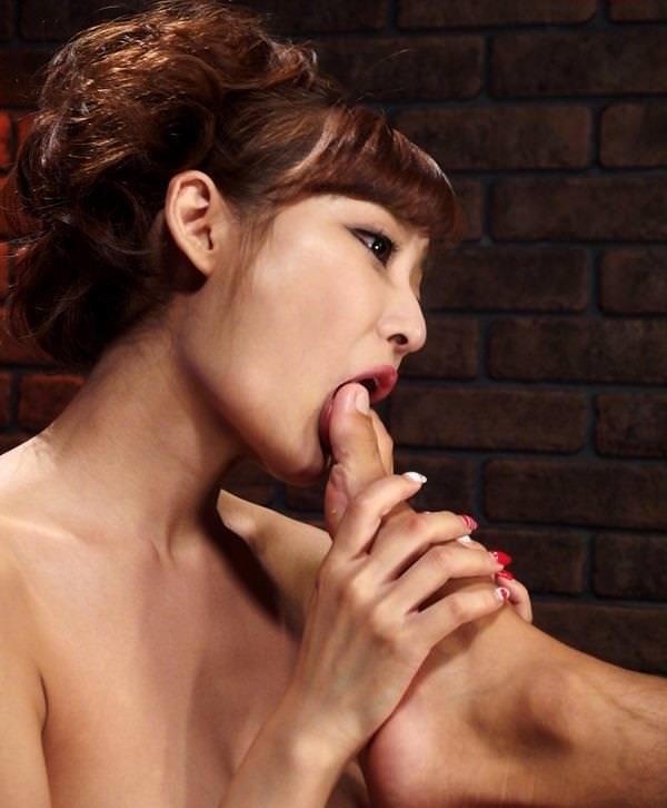 【全身リップエロ画像】男の身体を舐めまわす淫乱美女のエロ顔wwwww(51枚) 30