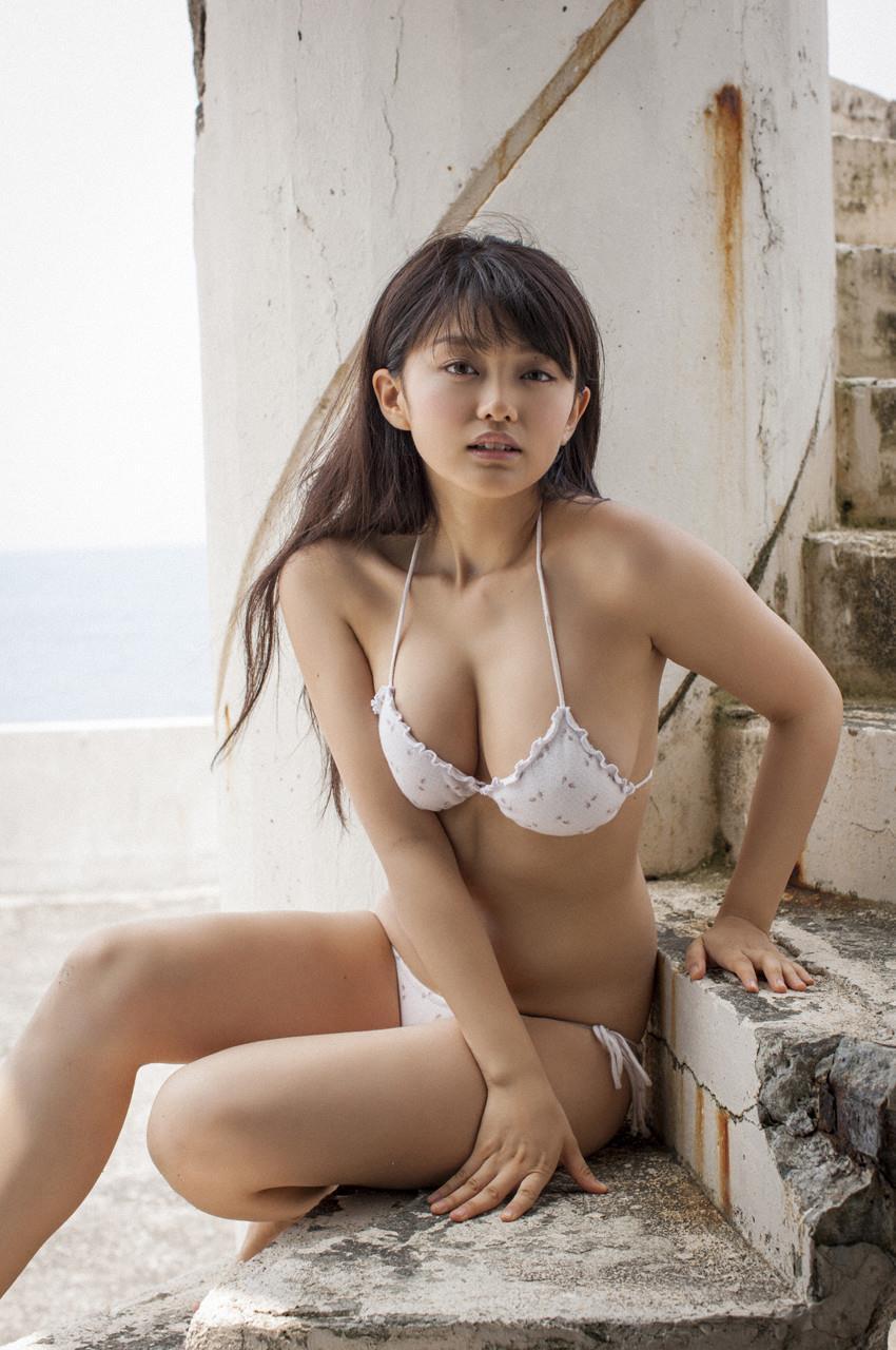 【グラビアエロ画像】人気沸騰中のグラ女優!山地まりのFカップ水着姿がエロいw(52枚) 05