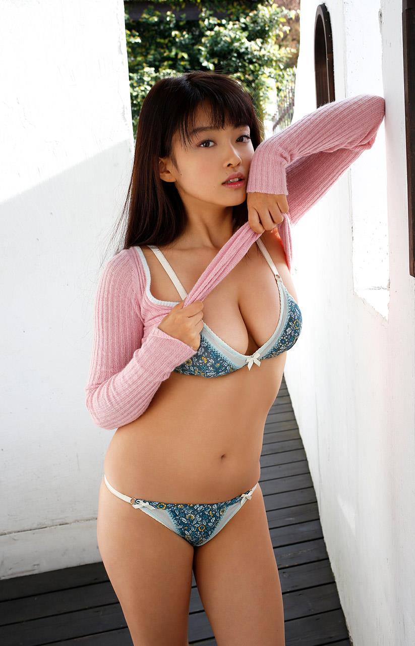 【グラビアエロ画像】人気沸騰中のグラ女優!山地まりのFカップ水着姿がエロいw(52枚) 06