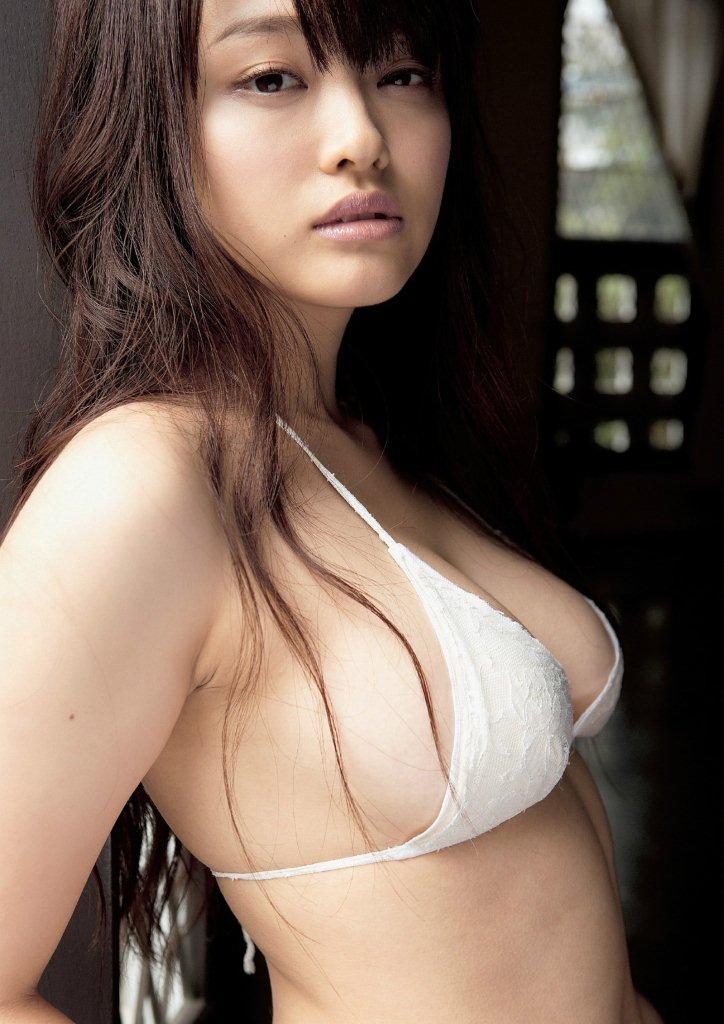 【グラビアエロ画像】人気沸騰中のグラ女優!山地まりのFカップ水着姿がエロいw(52枚) 14