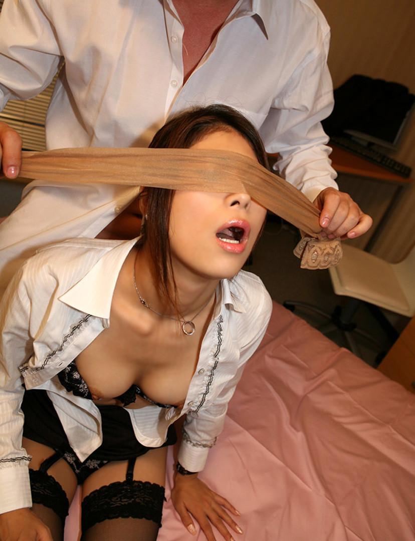 【目隠しエロ画像】視界を奪われた美女の悶える姿がエロいw(50枚) 24