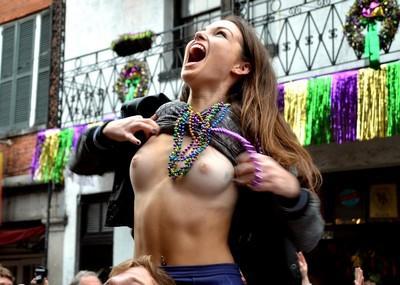【海外祭りエロ画像】女の子がおっぱいを故意に見せ付けるマルディグラという祭w