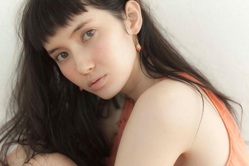 【グラビアエロ画像】市川紗椰の上品なセクシー姿!隠れ巨乳で有名です!(50枚) 16
