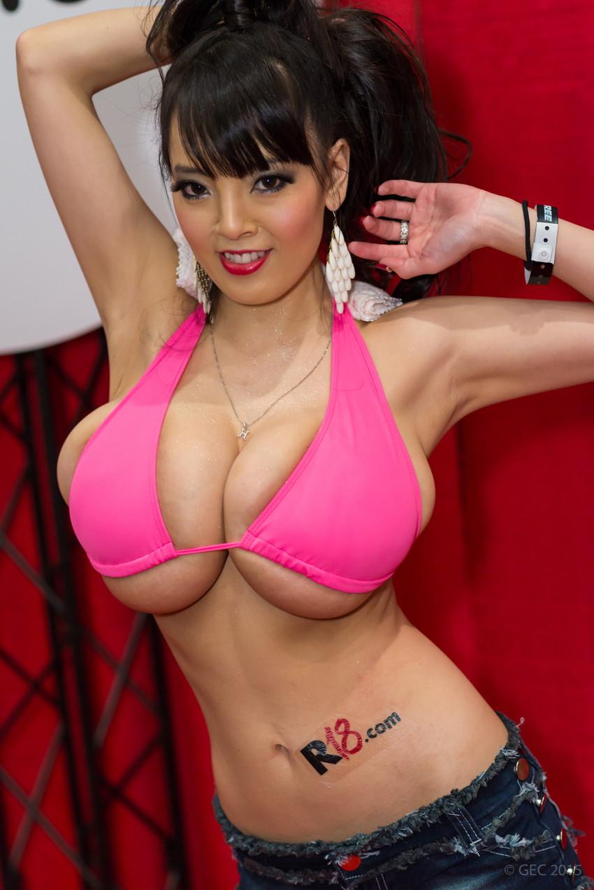 【爆乳エロ画像】「世界一凄いオッパイポルノ女優」Hitomiの爆乳エロ画像!(50枚) 32