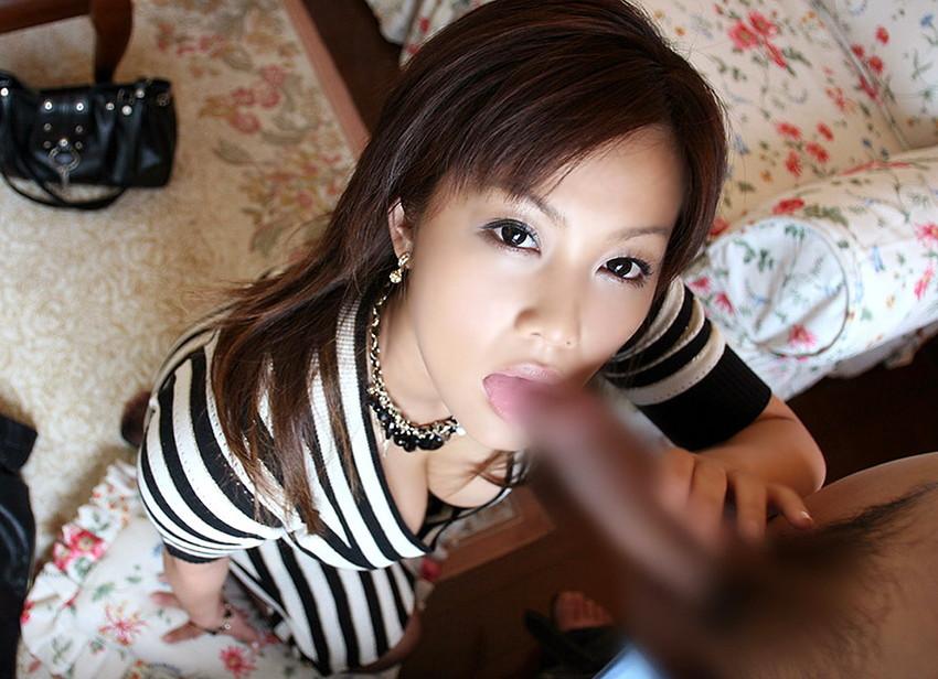 【フェラエロ画像】カメラ目線でフェラチオしている美女から目が離せないw(50枚) 15