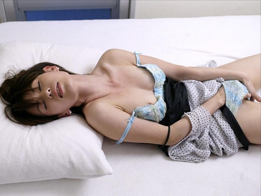 【オナニーエロ画像】パンティの中に手を突っ込んでオナッてる美女wwww(50枚) 42
