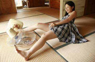 【美脚エロ画像】美女のスベスベしてそうな生足がセクシー!(50枚) 04