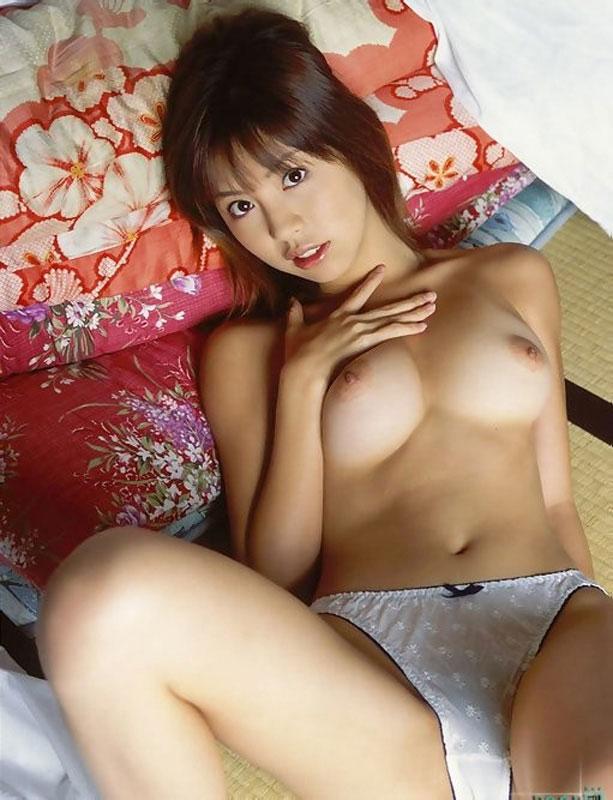 【上半身裸エロ画像】生おっぱいの魅力を存分に発揮するトップレス美女ww(50枚) 38