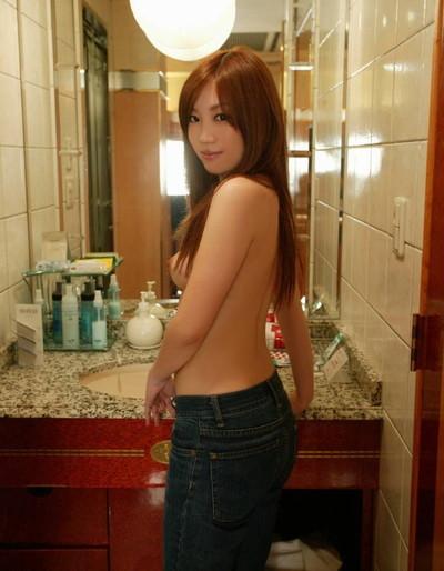 【上半身裸エロ画像】生おっぱいの魅力を存分に発揮するトップレス美女ww(50枚) 31