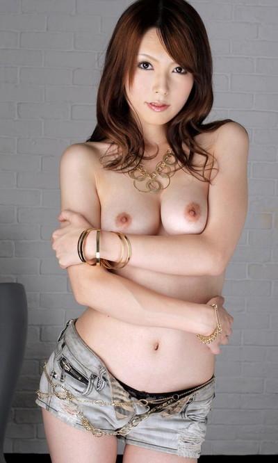 【上半身裸エロ画像】生おっぱいの魅力を存分に発揮するトップレス美女ww(50枚) 32