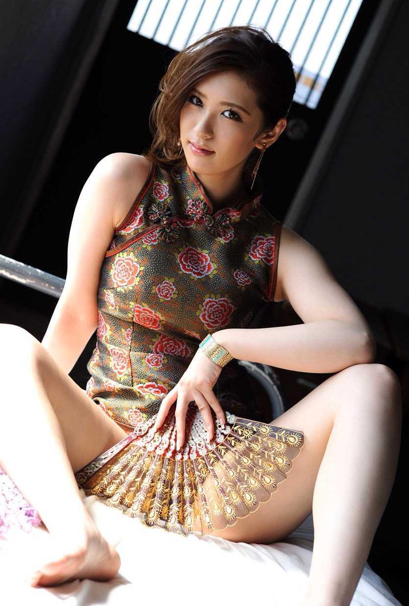 【チャイナドレスエロ画像】チャイナドレスのスリッドから見えるムチムチの太ももに大興奮しガン見!スケベすぎるチャイナドレスを着ている女の子の画像を集めました。 02